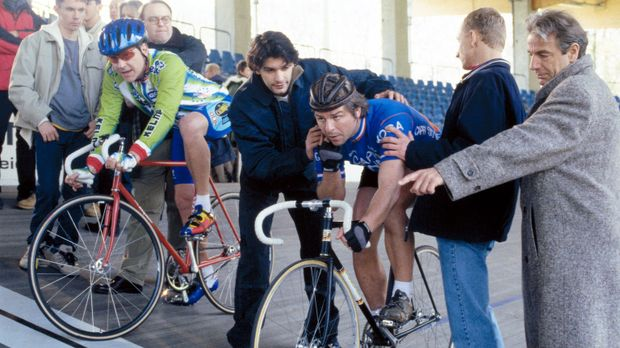 Die Präsidiumscrew ist gekommen, um sich das Radrennen zwischen Jupp (Uwe Fel...