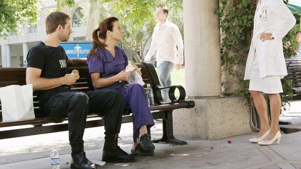 Addison (Kate Walsh, M.) versteht sich mit Kevin (David Sutcliffe, l.) wieder...