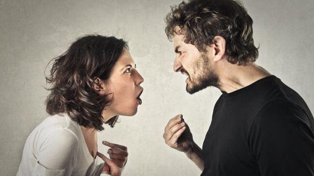 Ein Paar schreit sich im Streit an