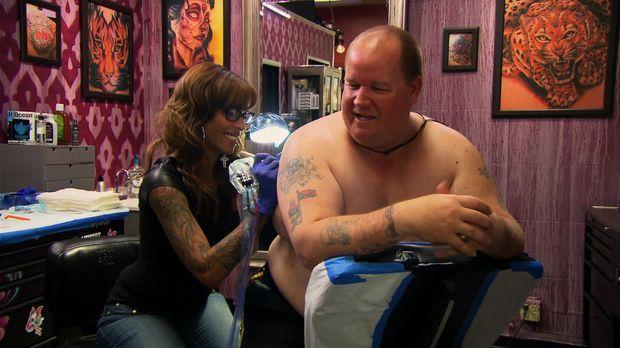 Kann Jasmine (l.) einen Polizisten von einem grausamen Tattoo befreien? © 201...