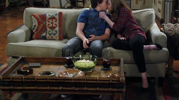 Als Charlie ihm die Tour mit seiner Freundin Megan (Macy Cruthird, r.) versau...