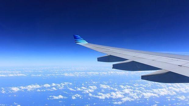 Flugzeugflügel in der Luft