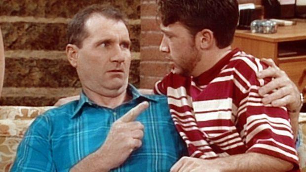Bud (David Faustino, r.) bittet Al (Ed O'Neill, l.) um einen väterlichen Rat:...