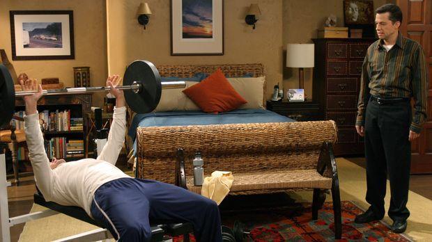 Charlie  (Charlie Sheen, l.) versucht seinen Bruder Alan (Jon Cryer, r.) von...