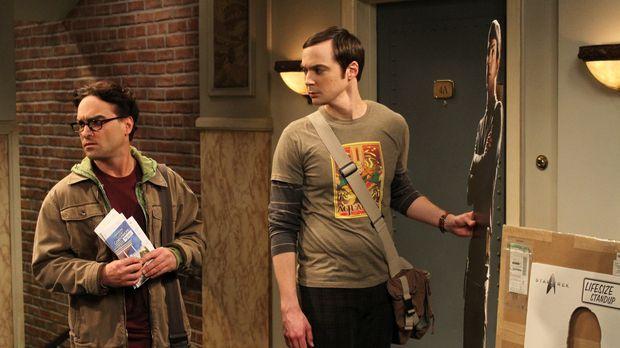 Während Sheldon (Jim Parsons, r.) vor der Wohnungstür einen Mr. Spock-Pappauf...
