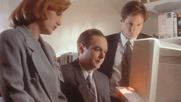 Scully (Gillian Anderson, l.) und Mulder (David Duchovny, r.) stellen mit Hil...