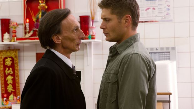 Das Abkommen mit dem Tod (Julian Richings, l.) bringt Dean (Jensen Ackles, r....