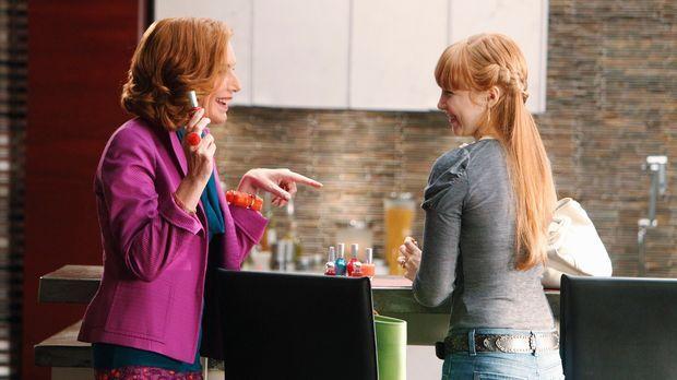 Alexis (Molly C. Quinn, r.) und Martha (Susan Sullivan, l.) bereiten sich auf...
