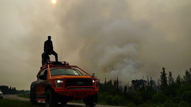 Ein riesiger Waldbrand in der kanadischen Provinz ruft auch die Tornado Hunte...
