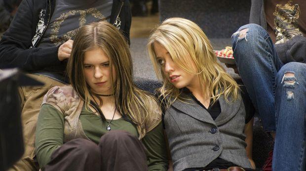 Schon seit langem werden die beiden Freundinnen Dominique (Alexz Johnson, r.)...