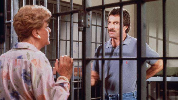 Magnum (Tom Selleck, r.) sitzt in Untersuchungshaft und soll mit Jessicas (An...