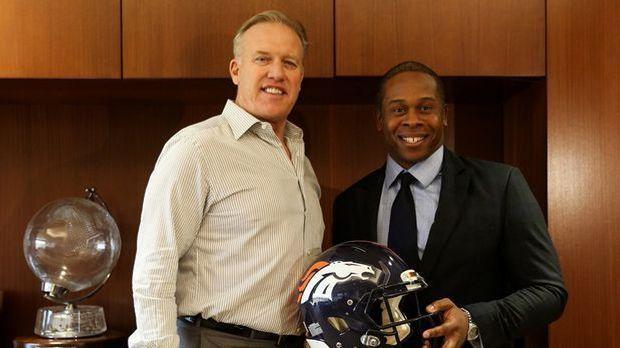 John Elway, General Manager der Broncos, präsentiert den neuen Head Coach Van...