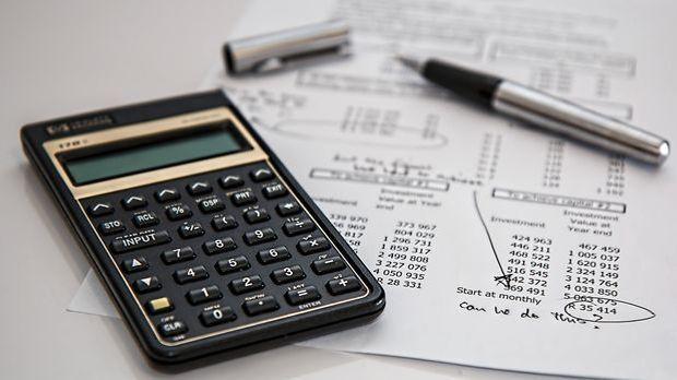 Nebenkosten_Hauskauf_Taschenrechner_Blatt_Zahlen_Pixabay