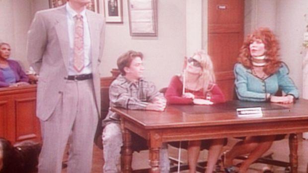 Al (Ed O'Neill, l.) hat Peggy (Katey Sagal, r.) mit einer Halskrause, Bud (Da...