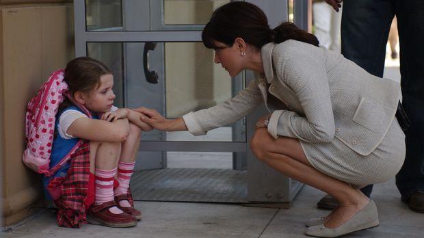 Kate (Sasha Alexander, r.) und den anderen gelingt es Sandy (Abigail Breslin,...