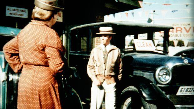 Voller Stolz über seinen neuen Job als Autoverkäufer setzt Ben (Eric Scott, r...