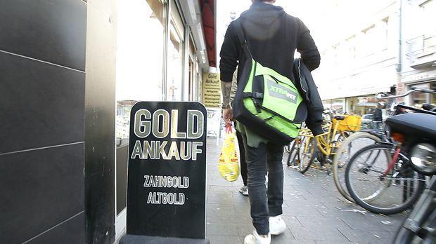 Reporter Alf Porada zeigt auf, wie Schmuckhändler ihre Kunden über den Tisch...
