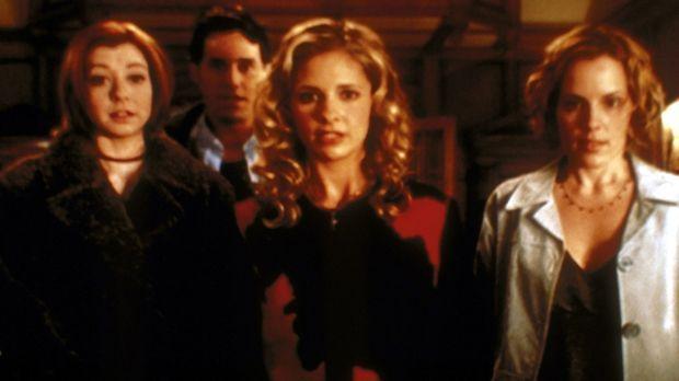 Buffy (Sarah Michelle Gellar, M.) und ihre Freunde Willow (Alyson Hannigan, l...