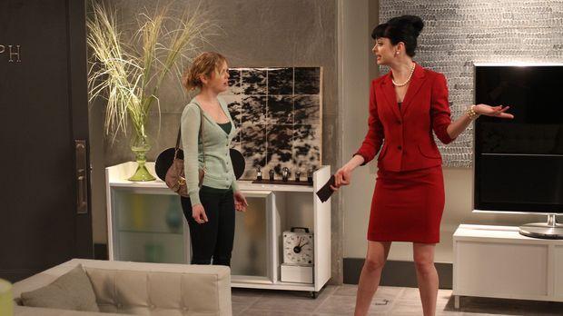 Als June (Dreama Walker, l.) mit einer Horde Mädchen vorbeikommt, mach Chloe...