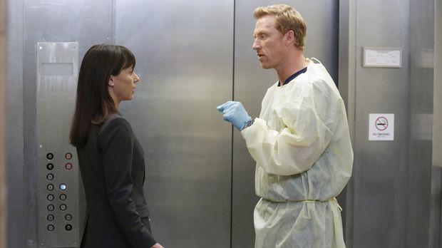 Owen (Kevin McKidd, r.) versucht Dr. Cahill (Constance Zimmer, l.) weiterhin...