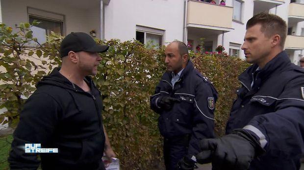Vorschau: Nazis belästigen eine türkische Frau