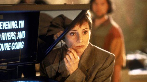 Sandra (Louise Valence), Produzentin einer Sondersendung über geheime Machens...