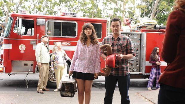 Während Jess (Zoey Deschanel, l.) und Nick (Jake M. Johnsons, r.) einer Wahrh...