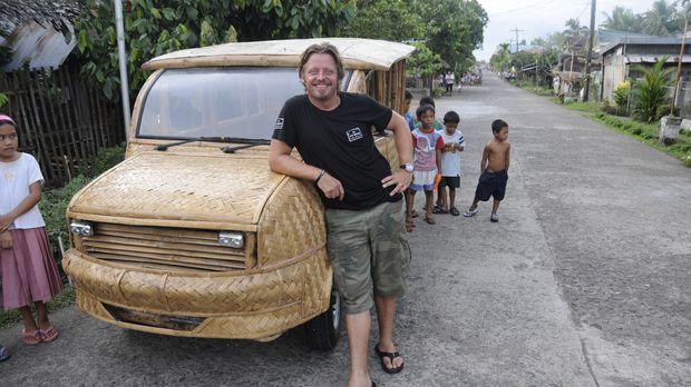 In einem Bambus-Auto legt Charley ein gutes Stück seiner Strecke zurück und w...