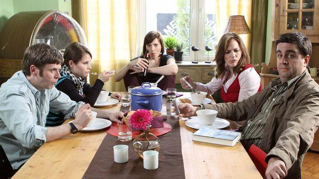 Familienidylle: Bastian (Bastian Pastewka, r.), Anne (Sonsee Neu, 2.v.r.), Sv...