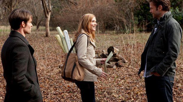 Als Jenna (Sara Canning, M.) Elijah (Daniel Gillies, l.) die Gegend rund um M...