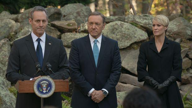 Während Präsident Walker (Michael Gill, l.) mit einem enormen öffentlichen Dr...