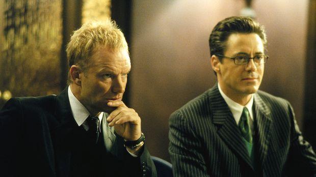 Larry (Robert Downey Jr., r.) vertritt den berühmten Sänger Sting (Sting, l.)...