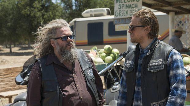 Nach dem Gespräch mit Jury sucht Jax (Charlie Hunnam, r.) Rat bei Bobby (Mark...