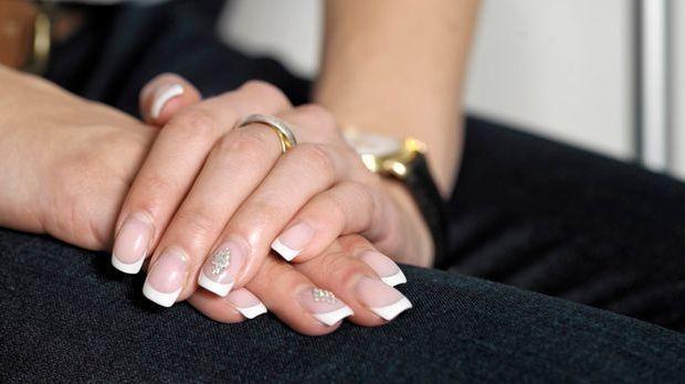 Damenhände mit Ring
