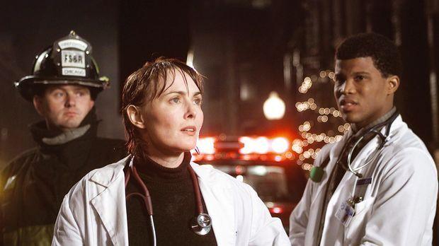 Mitten in der Nacht befinden sich Dr. Weaver (Laura Innes, M.) und der Studen...