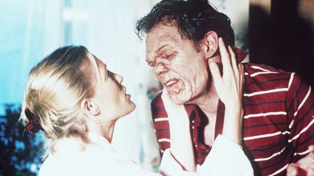 Linda (Jessica Tuck, l.) versucht, den von Tumoren entstellten Eddie zu beruh...