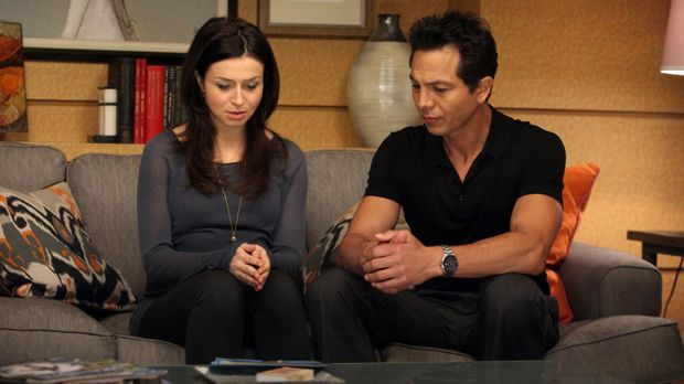 Amelia (Caterina Scorsone, l.) kommt mit ihrer Situation nicht zu Recht und b...