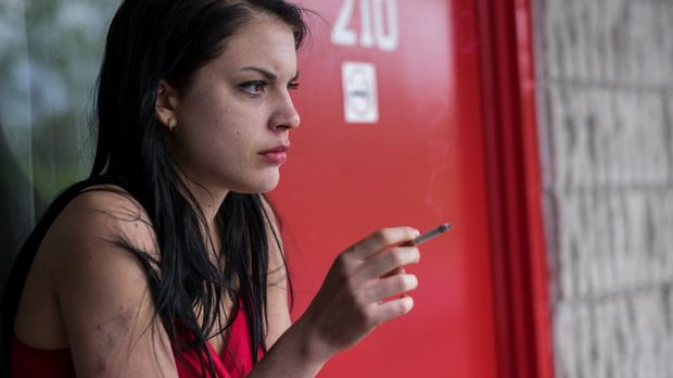 Die junge Hazel (Sonya Proehl) bekommt von einem Bekannten ein Angebot für ei...