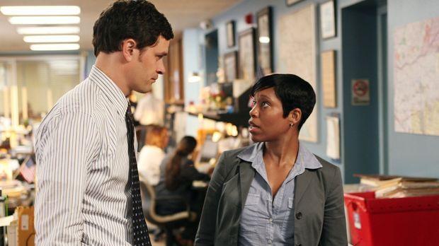 Detective Lydia (Regina King, r.) und Russell (Tom Everett Scott, l.) überleg...