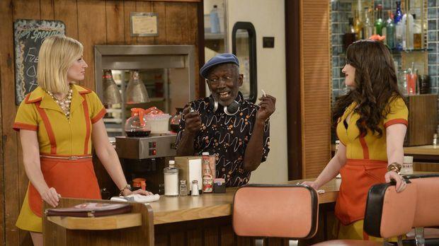 Während Caroline (Beth Behrs, l.) und Max (Kat Dennings, r.) ein Basketballsp...