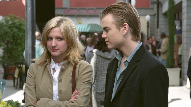 Simon (David Gallagher, r.) und Cecilia (Ashlee Simpson, l.) stehen vor einer...