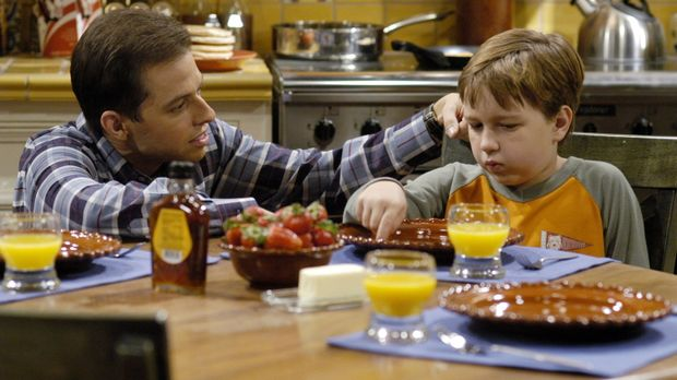 Um Jake (Angust T. Jones, r.) die Trennung von seiner Mutter zu erleichtern,...