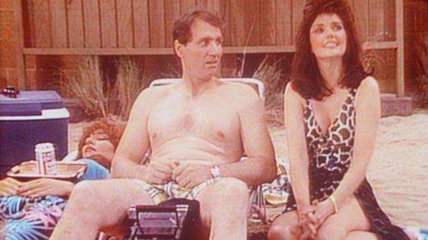 Während Peggy (Katey Sagal, l.) in der Sonne döst, flirtet Al (Ed O'Neill, M....