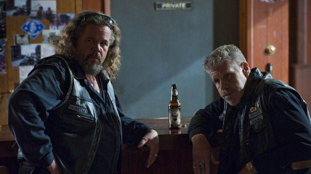 Bobby (Mark Boone Junior, l.) ist froh, dass Clay (Ron Perlman, r.) und Jax b...