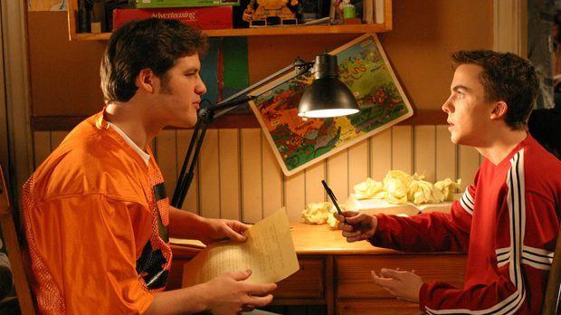 Malcolm (Frankie Muniz, r.) bekommt von seinem Footballcoach die Aufgabe, für...