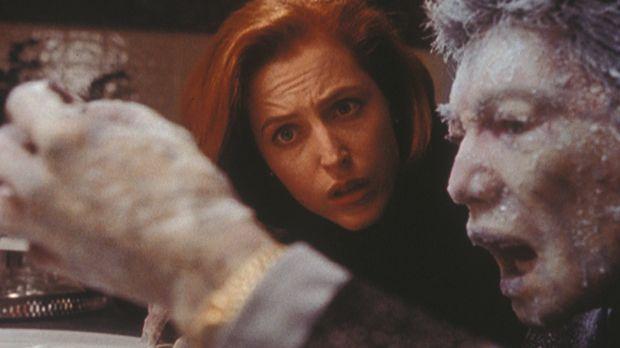 Fassungslos betrachtet Scully (Gillian Anderson, l.) die zu einem Eisblock er...