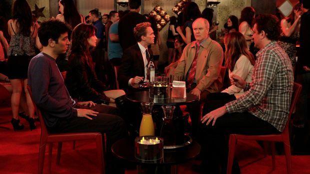 Verbringen einen Samstagabend zusammen: Barney (Neil Patrick Harris, 3.v.l.),...