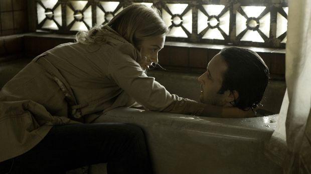 Als Beth (Sophia Myles, l.) erfährt, dass Mick (Alex O'Loughlin, r.) sehr kra...