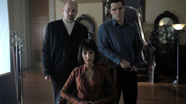 Hegeman (Terry Kinney, l.), soll Josh in Mutters (Deena Aziz, M.) Auftrag mit...
