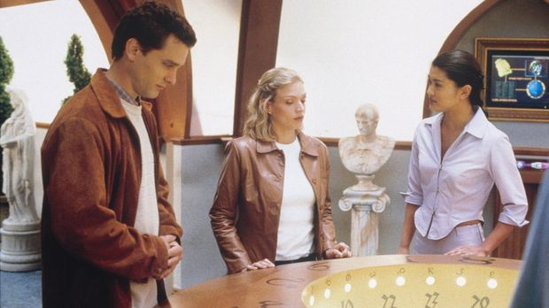 Lorelle (Kristin Lehman, M.) wurde von Gavin (Chris Martin, l.) ins Jahr 2059...